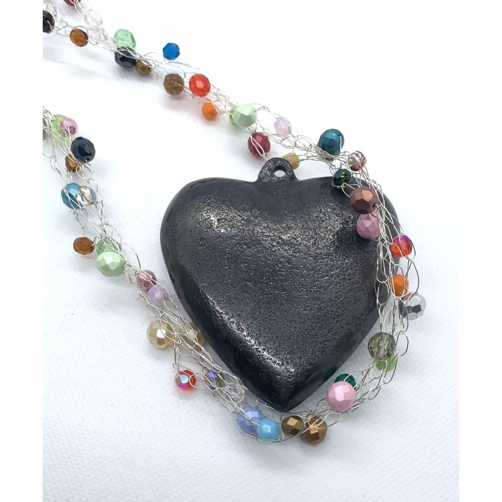 Drahtgehäkeltes Collier, silberfarben mit bunten Perlen Bild 1