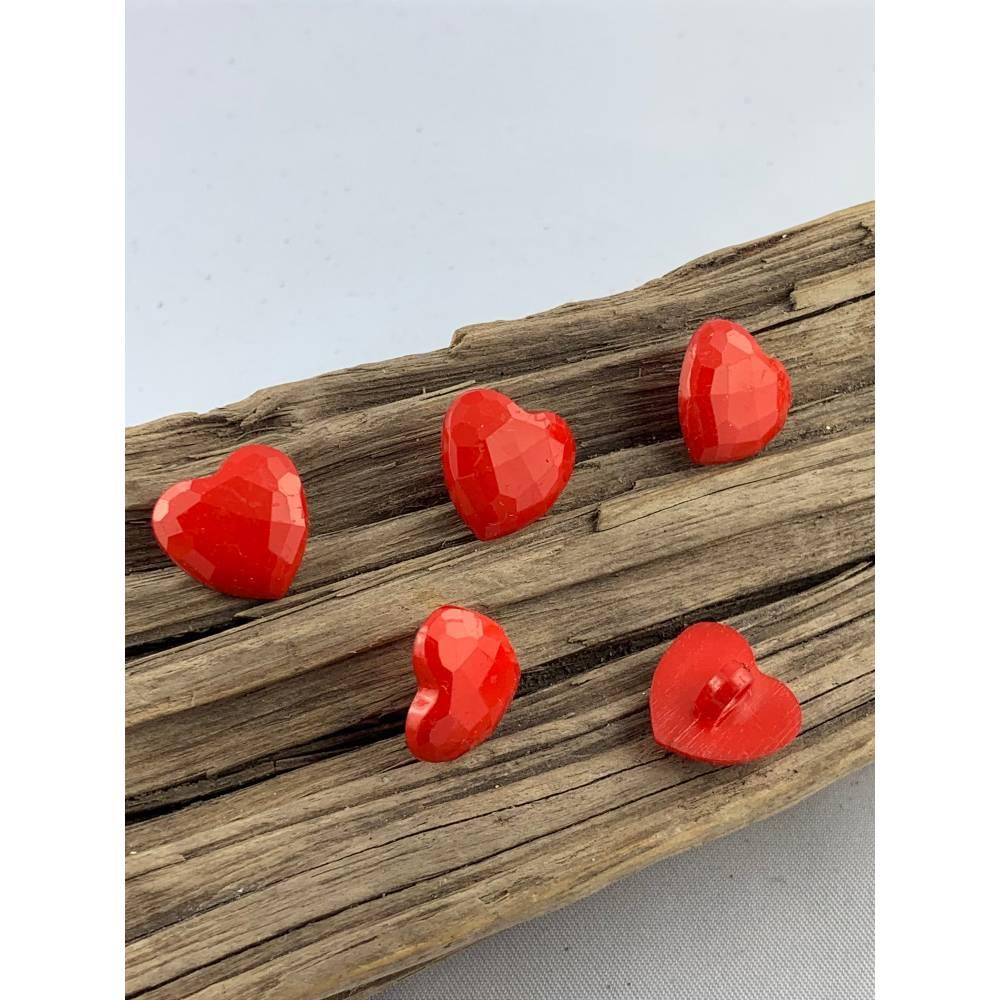 10 kleine rote facettierte Kunststoffknöpfe * Herzknöpfe * Herzen * Herz * Heart * Kunststoff * Knöpfe * Kinderknöpfe *  Bild 1