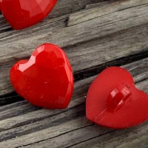 10 kleine rote facettierte Kunststoffknöpfe * Herzknöpfe * Herzen * Herz * Heart * Kunststoff * Knöpfe * Kinderknöpfe *  Bild 3