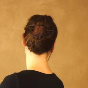 Punzierte Haarspange braun, Lederspange, Haarspange aus Leder dunkelbraun, punziert Bild 1