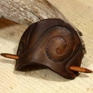 Punzierte Haarspange braun, Lederspange, Haarspange aus Leder dunkelbraun, punziert Bild 4
