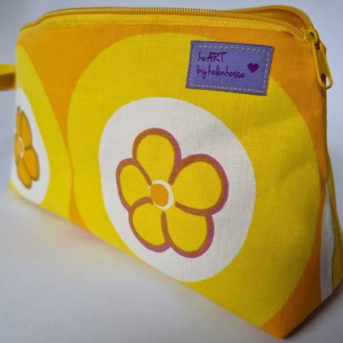 Kosmetiktasche *Vintage-Stoff 70er - 2 Blumen* Größe M, in orange-gelb-weiß von he-ART by helen hesse