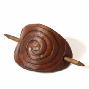 Mittelbraune Haarspange mit punzierter Spirale, Leder Haarspange, Haarklammer aus Leder, tan, Mittelalter, Goa, rustikal Bild 1