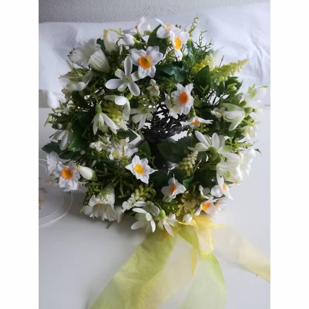 Frühlingshafter Türkranz mit hochwertig ausgewählten Seidenblumen gefertigt. Bild 1