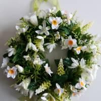 Frühlingshafter Türkranz mit hochwertig ausgewählten Seidenblumen gefertigt. Bild 2