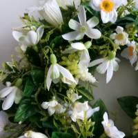 Frühlingshafter Türkranz mit hochwertig ausgewählten Seidenblumen gefertigt. Bild 3
