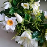 Frühlingshafter Türkranz mit hochwertig ausgewählten Seidenblumen gefertigt. Bild 4
