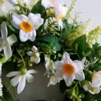 Frühlingshafter Türkranz mit hochwertig ausgewählten Seidenblumen gefertigt. Bild 5