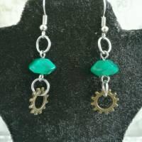 Ohrringe im Steampunk Look mit Grünen Perlen und Zahnrädern Bild 1