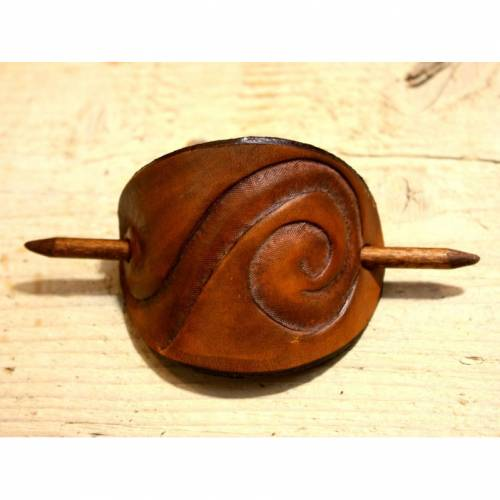 Leder-Haarspange mit Spirale punziert hellbraun