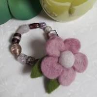 Armband aus ausgewählten, hochwertigen Galsperlen und einer zart-rosa Filzblume Bild 1