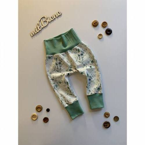 Babyhose / Baggy Pants aus weißem Baumwolljersey mit Eukalyptusblättern