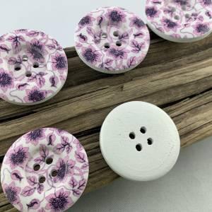 5 Holzknöpfe * 30 mm * weiß * lilafarbene Blumenranke * flieder * Blumenranke * bedruckt * weiße Knöpfe * Scrapbooking * Bild 3