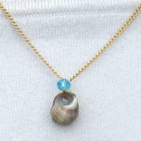 Hübscher Kettenanhänger mit mini Muschel Schnecke und blauer Perle  Bild 1