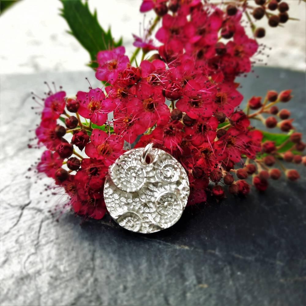 Runder Silber-Anhänger mit eingeprägten Ammoniten aus 999 Silber Bild 1