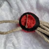 Brosche in Grau-Rot-Schwarz Filzbrosche Button Anstecker Pin Blume Filz Geschenk Dekoration Bild 3
