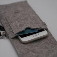 Handyumhängetasche aus Wollfilz in hellgrau Bild 3