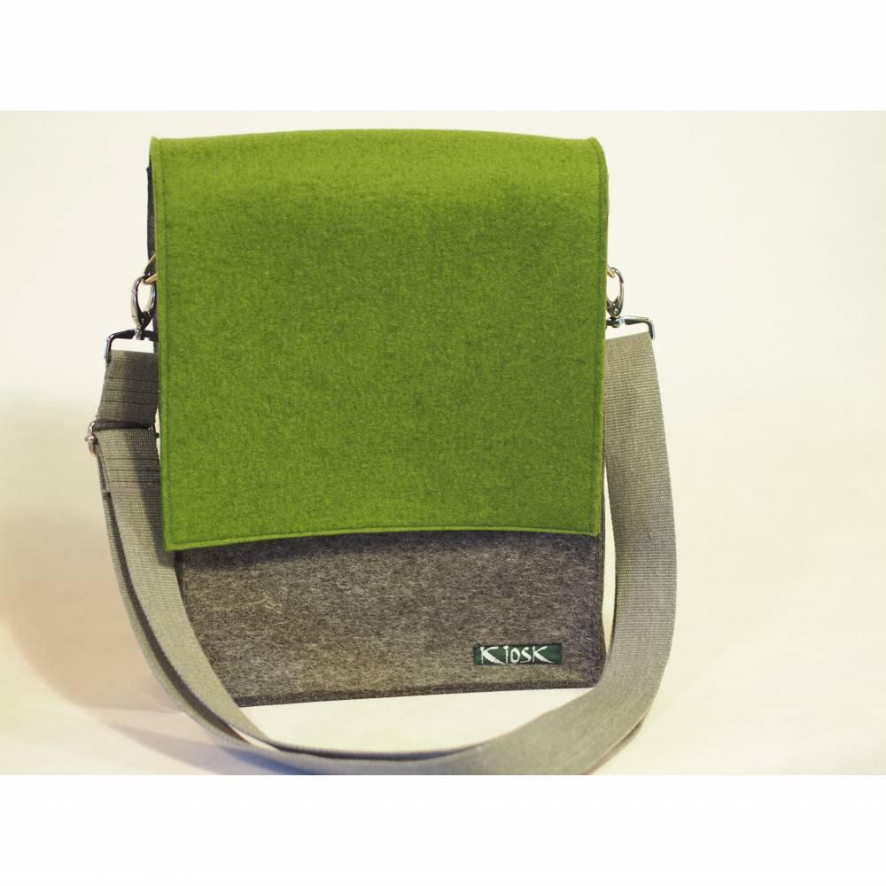 Umhängetasche aus Wollfilz in anthrazit mit Wechselklappe in olivgrün Bild 1