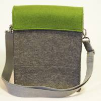 Umhängetasche aus Wollfilz in anthrazit mit Wechselklappe in olivgrün Bild 3