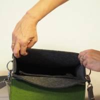 Umhängetasche aus Wollfilz in anthrazit mit Wechselklappe in olivgrün Bild 4