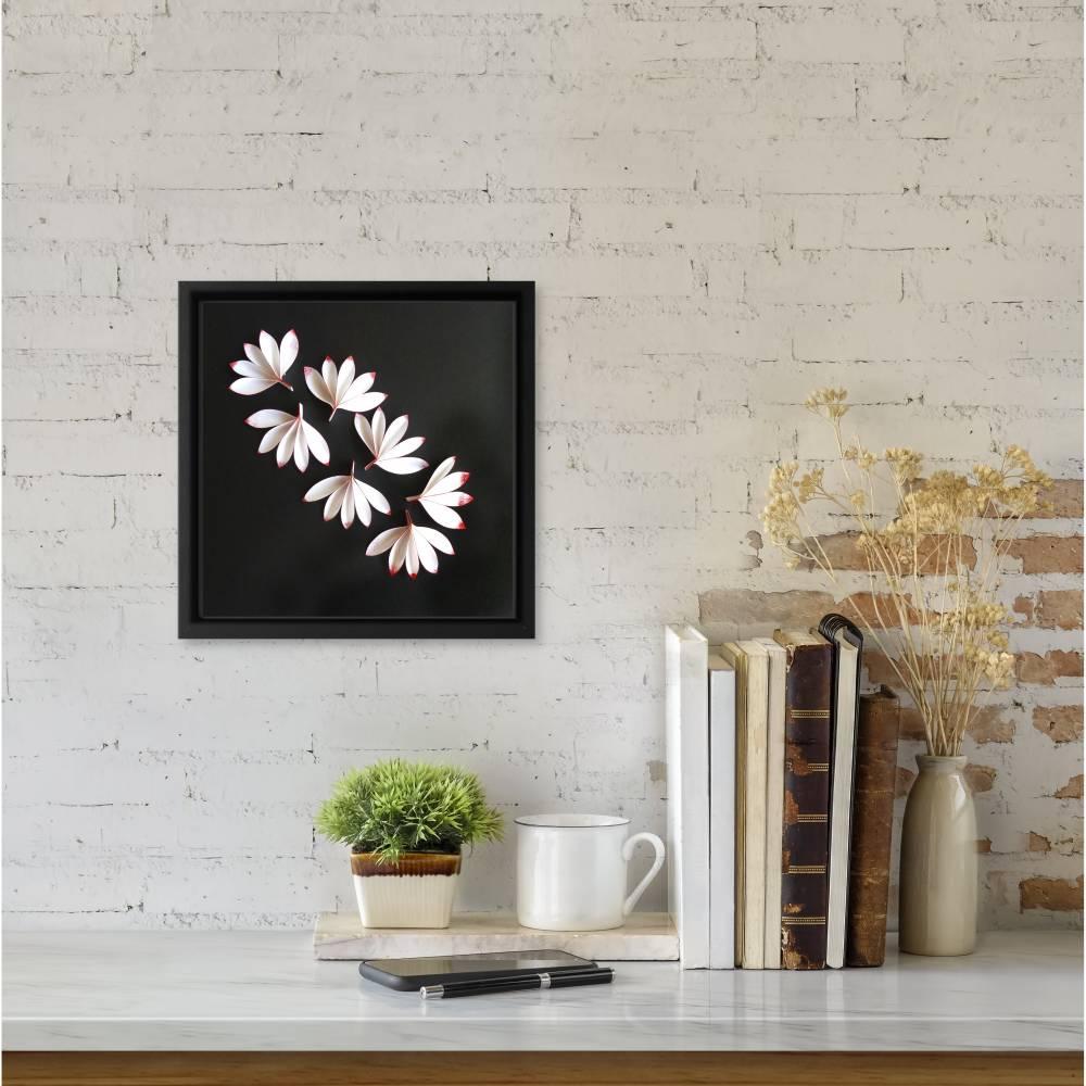 Zarte Blüten auf schwarz // 3D-Wandbild im Objektrahmen Bild 1