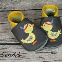 Krabbelpuschen aus Leder mit Feder Ente und Namen ab Gr. 18/19 - Lederpuschen Bild 1
