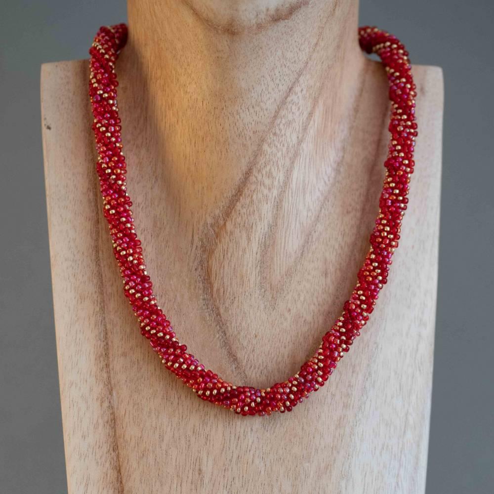 Schicke Glasperlenkette gehäkelt, rot + gold, 44 cm, Häkelkette, Halskette, Häkelkette, Perlenkette, Magnetverschluss Bild 1