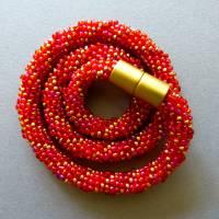 Schicke Glasperlenkette gehäkelt, rot + gold, 44 cm, Häkelkette, Halskette, Häkelkette, Perlenkette, Magnetverschluss Bild 2
