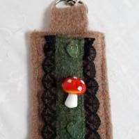 HANDMADE,  Schlüsselanhänger aus reiner Schurwolle, Wollwalk beige, mit Spitze und Glasperlen Bild 1