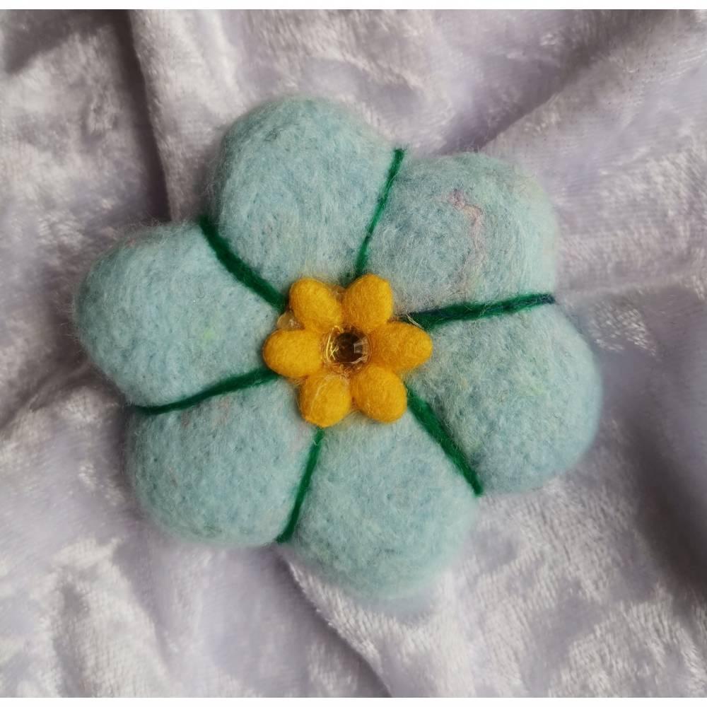 Brosche in Hellblau Filzblume Button Anstecker Pin Blume Filz Geschenk Dekoration Bild 1