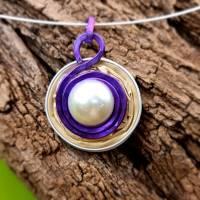Upcycling Kettenanhänger Nespresso Kapsel hellgold mit einer weißen Perle, violett eingefasst Bild 2