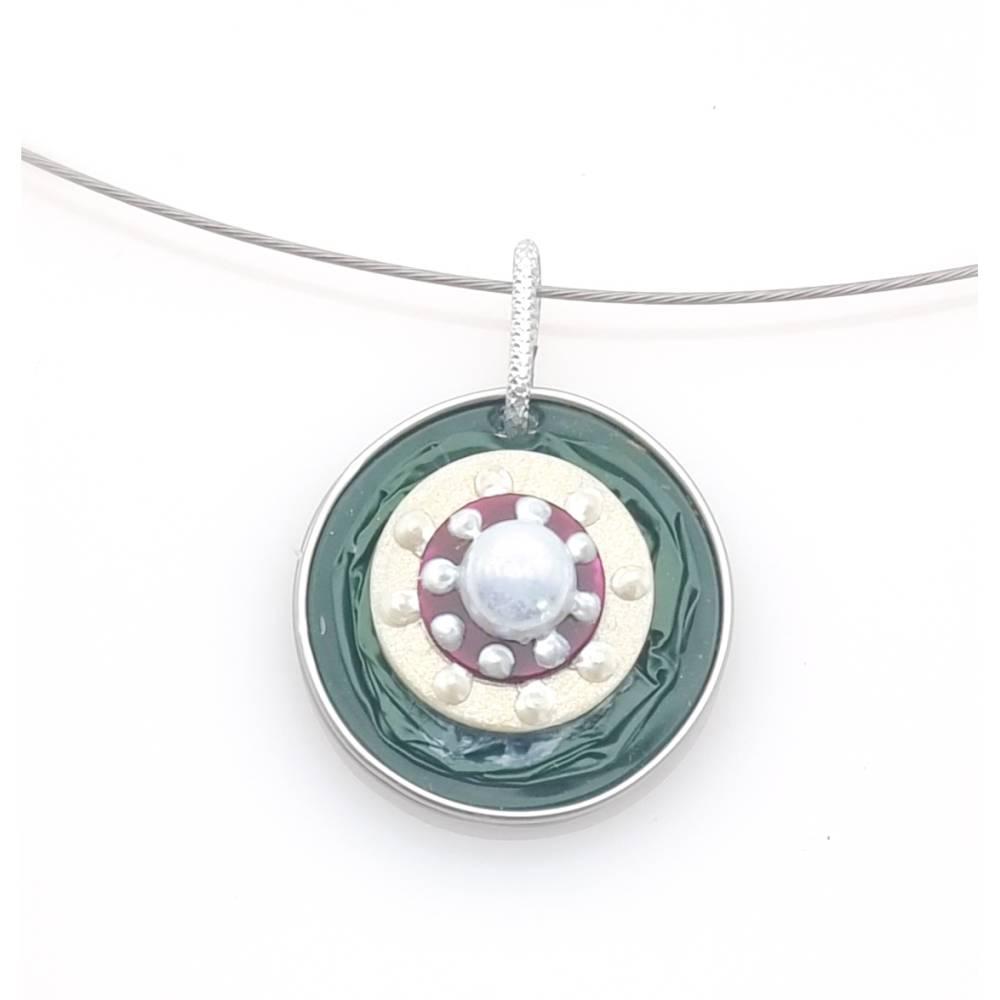 Upcycling Kettenanhänger Nespresso Kapsel dunkelgrün mit einer weißen Perle Bild 1
