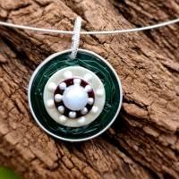 Upcycling Kettenanhänger Nespresso Kapsel dunkelgrün mit einer weißen Perle Bild 2