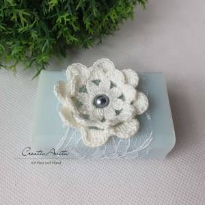 Schafmilchseife VERGISSMEINNICHT dekoriert mit Spitze, selbstgemachter Häkelblume in Weiß und Perle - Valentinsgeschenk, Bild 1