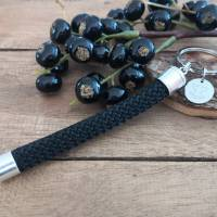 Schlüsselanhänger aus schwarzem Segeltau mit einem Schutzengel-Anhänger Bild 2