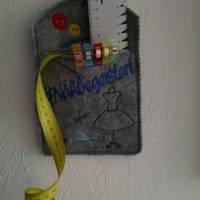 """Wunscherfüller Bogen-Rechteck """"#NÄHBEGEISTERT"""", 10cm x 13cm, Filz grau-melliert Bild 1"""