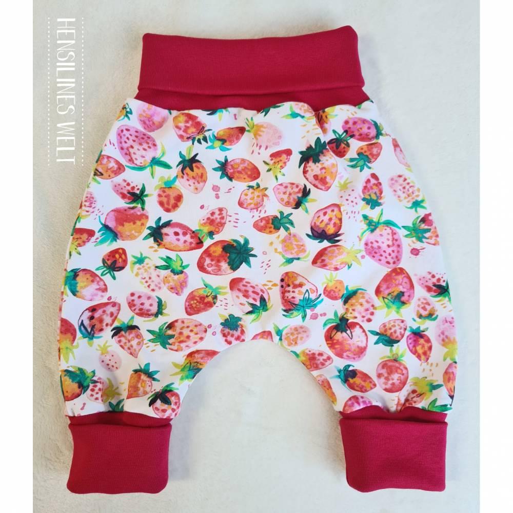 Klumpfüße - Hosen, die passen, mit extrabreitem Bündchen - Design: farbenfrohe Erdbeeren Bild 1