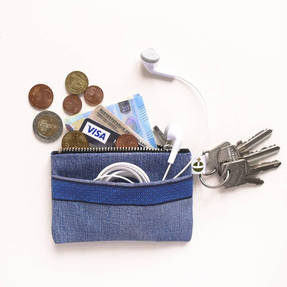 Kleine Upcycling-Jeanstasche, blau, Geldtasche, Kopfhöhrertasche, Schlüsseltasche, Kreditkartentasche, Portemonnaie Bild 1