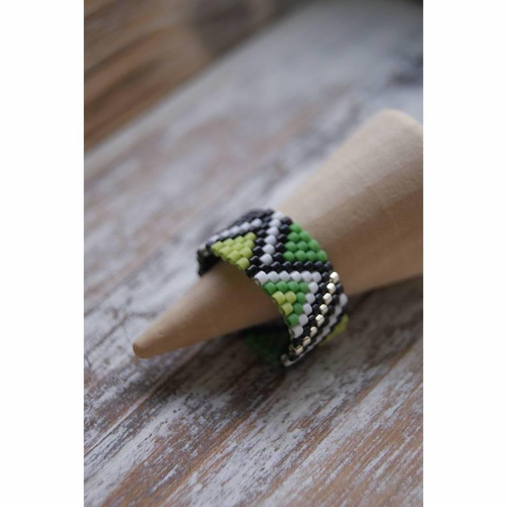 Perlenring Grün-Schwarz-Weiß  Bild 1