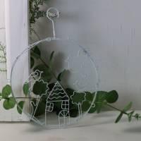 Metall Kranz zum Hängen, Fensterdeko, Häuserszene, weiß, Landhaus Stil, Floristikdeko Bild 1