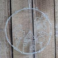 Metall Kranz zum Hängen, Fensterdeko, Häuserszene, weiß, Landhaus Stil, Floristikdeko Bild 2
