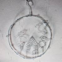Metall Kranz zum Hängen, Fensterdeko, Häuserszene, weiß, Landhaus Stil, Floristikdeko Bild 3