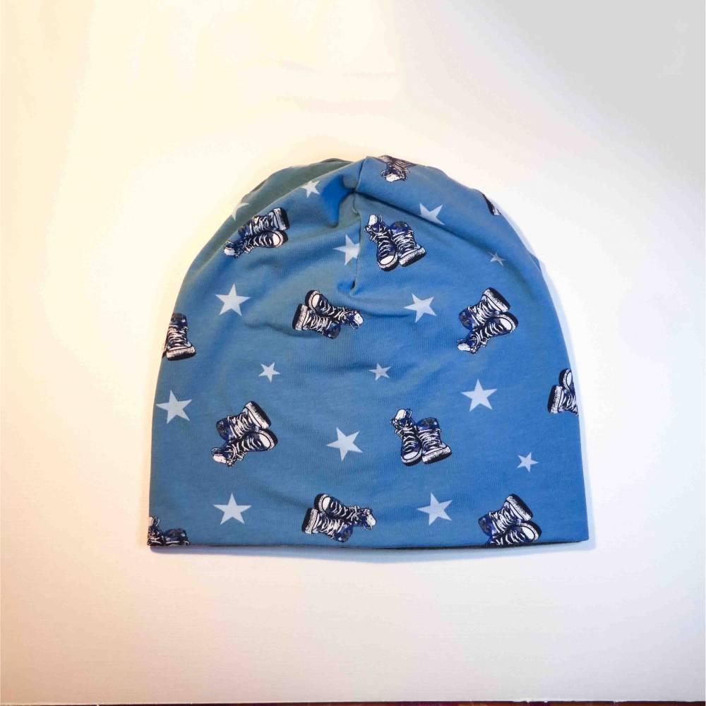 Beanie, Mütze, Jersey, helles Jeansblau, mit Turnschuhen und Sternen, Gr. 56-60 cm Kopfumfang Bild 1