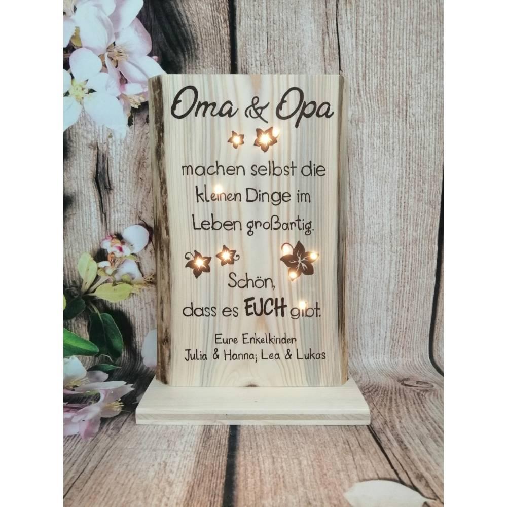 Holz Geschenk für Oma Opa mit Spruch beleuchtet von Enkel personalisiert Bild 1