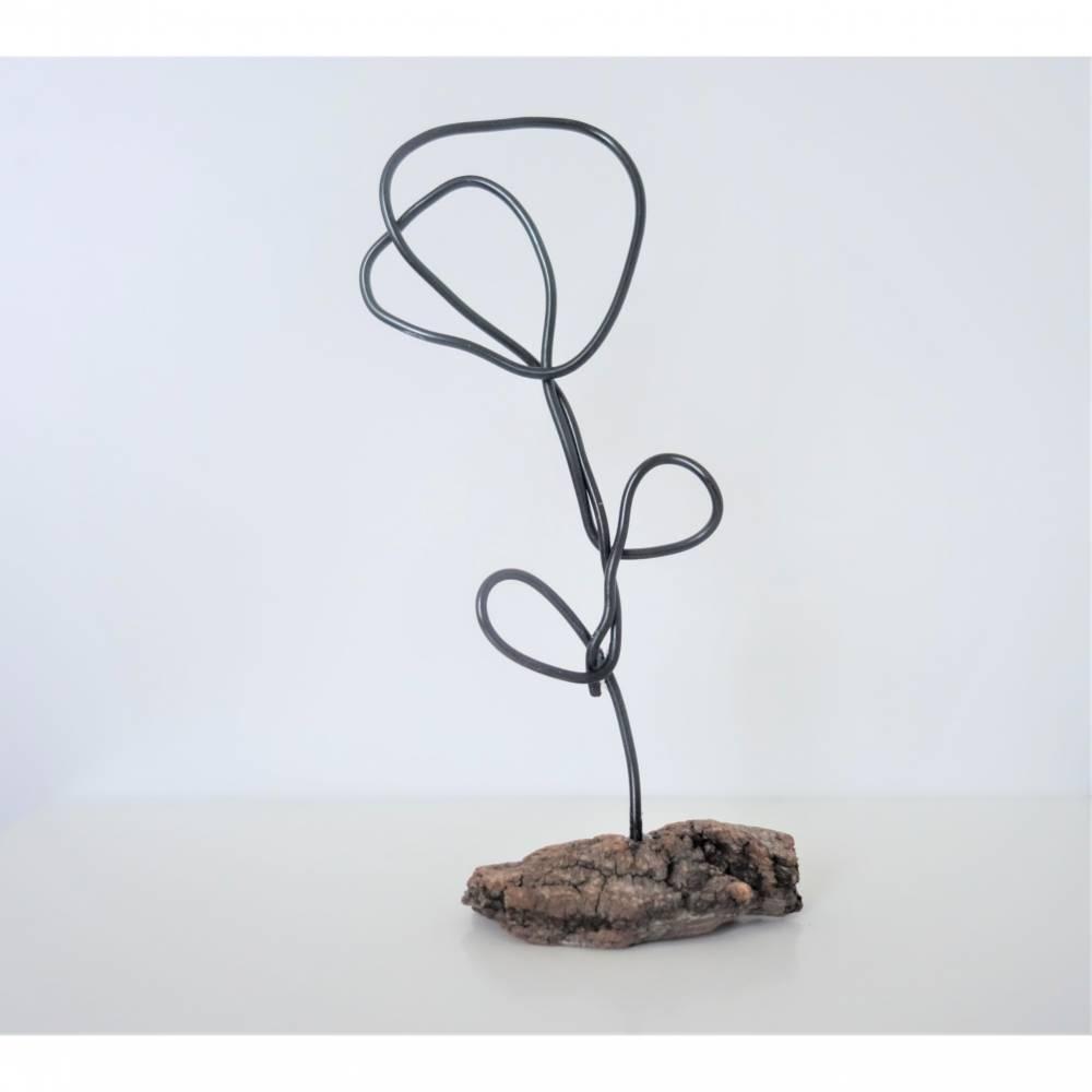 Handgemachte Skulptur Blume aus Draht und Holz   industrial Deko Wohnzimmer   Metallfigur Rose   modern & minimalistisch Bild 1