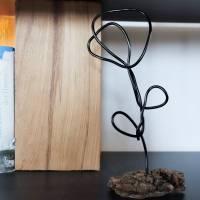 Handgemachte Skulptur Blume aus Draht und Holz   industrial Deko Wohnzimmer   Metallfigur Rose   modern & minimalistisch Bild 5