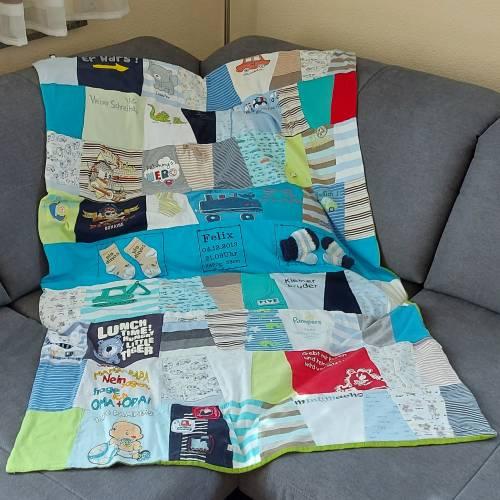 Patchwork-Decke aus Kinderkleidung