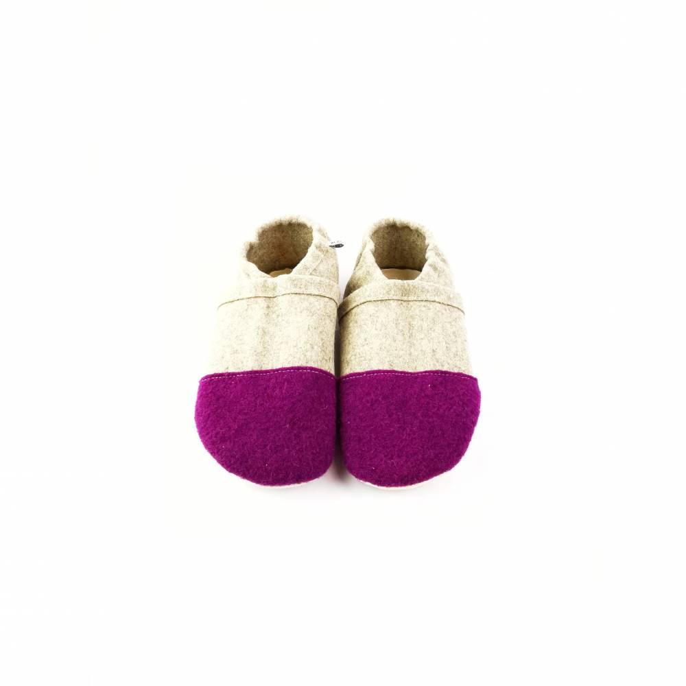 Hausschuhe aus 100% Wollfilz mit beerenfarbener Kappe und Ecoledersohle Bild 1