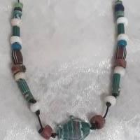 verstellbare Kette aus ägyptischen, teilweise antiken, Glasperlen und einem kleinen Glasfisch Bild 2