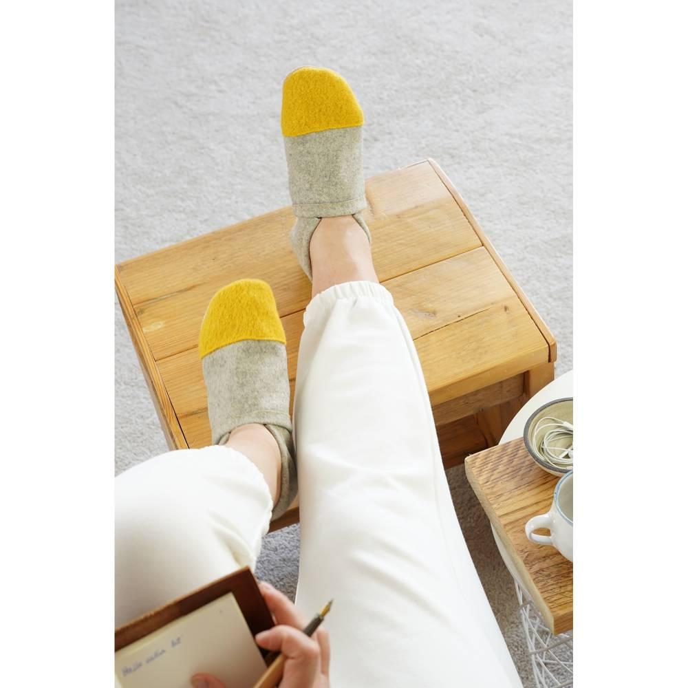 Hausschuhe aus 100% Wollfilz mit senffarbener Kappe und Ledersohle  Bild 1